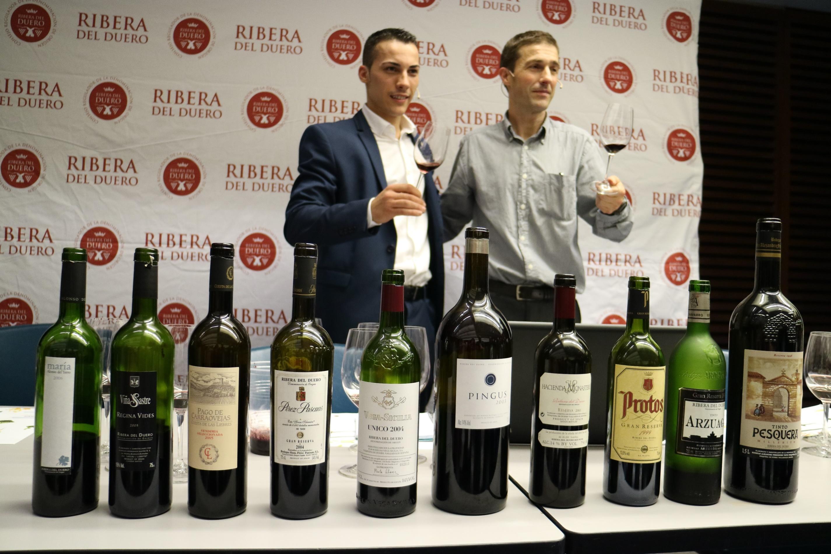 Guillermo Cruz y Juan Carlos Muro con los diez vinos de leyenda de Ribera del Duero
